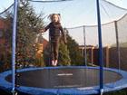Testovací skokan Lea Mary na trampolíně